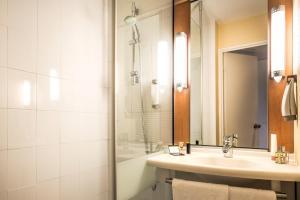 Een badkamer bij ibis Paris Montmartre 18ème