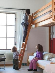 Eine Familie, die in der Unterkunft Basel Backpack übernachtet