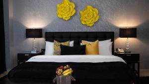 A bed or beds in a room at Oak Plaza Hotels East Airport