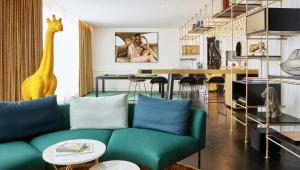 The lounge or bar area at Roomers Munich, Autograph Collection