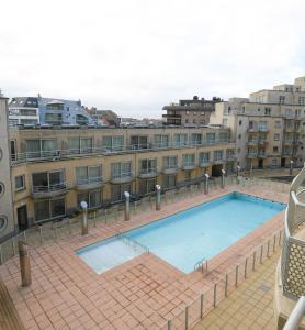 Uitzicht op het zwembad bij Appartement Zeezicht of in de buurt