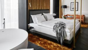 A bed or beds in a room at Roomers Munich, Autograph Collection