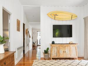 A television and/or entertainment center at A PERFECT STAY - San Juan Surfers Cottage