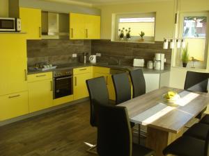 A kitchen or kitchenette at Ferienhaus Seeschwalbe