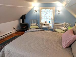 A bed or beds in a room at Elms of Camden