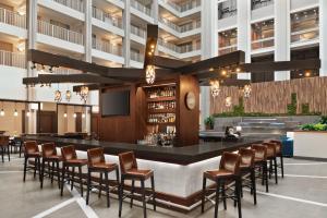 The lounge or bar area at Embassy Suites Cincinnati - RiverCenter