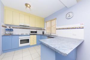 A kitchen or kitchenette at Camelot Unit 6