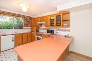 A kitchen or kitchenette at Birchgrove Terrace, Unit 4, Recreation Lane