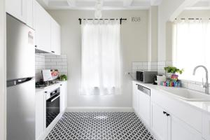 A kitchen or kitchenette at Contemporary luxury in a historic package