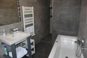 A bathroom at Demeure Les Aiglons