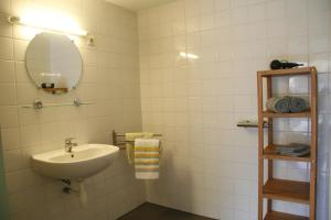 A bathroom at De Bakkerij