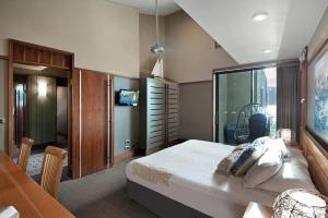 A bed or beds in a room at Yacht Club Villa 33 - Serenity - 4 Bedroom 4 Bathroom House Ocean Views 2 Buggies