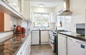 A kitchen or kitchenette at 16 Austin Avenue