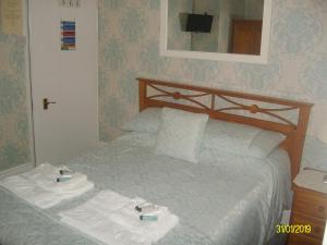 A bed or beds in a room at Kelvin House