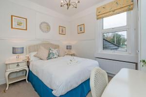 A bed or beds in a room at Apple Tree boutique B&B