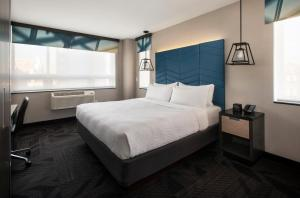 A bed or beds in a room at Four Points by Sheraton Manhattan SoHo Village
