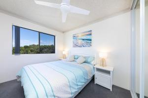 A bed or beds in a room at Ocean Crest 10