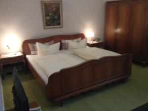 Łóżko lub łóżka w pokoju w obiekcie Hotel Pension Columbus am Kurfürstendamm