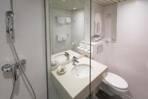 Un baño de Hôtel la Residence Du Berry