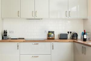 A kitchen or kitchenette at Stylish Modern City Centre Apartment