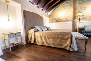 A bed or beds in a room at Posada Los Condestables Hotel & Spa