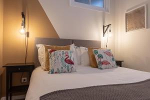 Uma cama ou camas num quarto em Carnot House