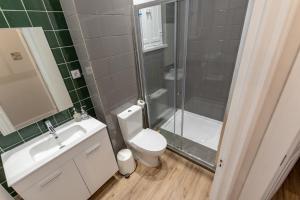Uma casa de banho em Carnot House