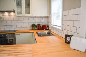 A kitchen or kitchenette at Gregory's Place