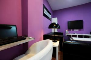 A television and/or entertainment center at Hostal Nitzs Bcn