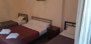 A bed or beds in a room at Lonsdale Hotel