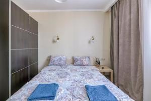 A bed or beds in a room at Ваша Зона Комфорта у ТРЦ Красный Кит #0138
