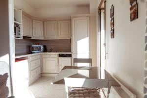 A kitchen or kitchenette at LA PALMERAIE