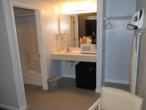 A bathroom at Sea Esta Motel 2