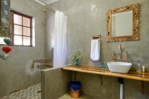 A bathroom at Marlin Lodge St Lucia