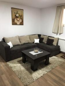 A seating area at Airport Stay Apartment