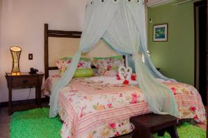 A bed or beds in a room at Hotel Porto do Zimbo