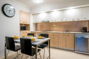 A kitchen or kitchenette at Chancellor Lakeside Apartments