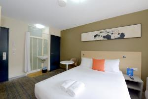 A bed or beds in a room at ibis Budget - Melbourne CBD