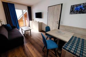 Ein Sitzbereich in der Unterkunft Aktiv Hotel Karnia