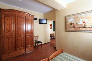 A television and/or entertainment centre at Casa Di Santa Francesca Romana a Ponte Rotto