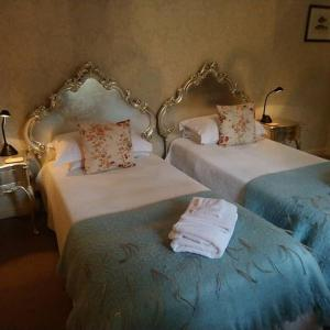 A bed or beds in a room at Lypiatt House