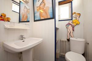 A bathroom at Gîtes Du Manoir Du Haut Salmon