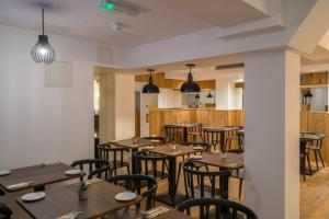 A restaurant or other place to eat at Pelican London Hotel and Residence