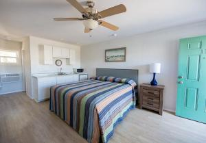 A bed or beds in a room at The Southwinds