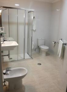 A bathroom at Hotel Almendra