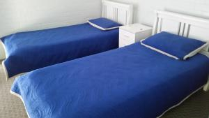 A bed or beds in a room at By The Sea Unit 3, 13 Esplanade, Kings Beach