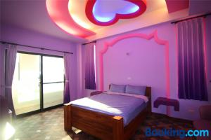 A bed or beds in a room at Lian Chinq Diving B&B
