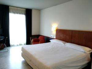 A bed or beds in a room at Onix Fira