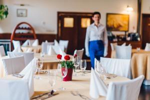 Restauracja lub miejsce do jedzenia w obiekcie Hotel Admirał