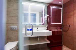 A bathroom at Park Inn by Radisson Libreville